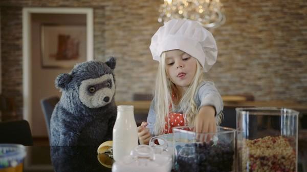 Norsk dramaserie. Frokosten. Lucy har våknet før mamma og leker alene. Når hun blir sulten vet ikke Lucy hvordan hun skal lage frokost alene.