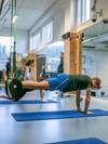 Tønseth henger i en treningsslynge og trener magen.