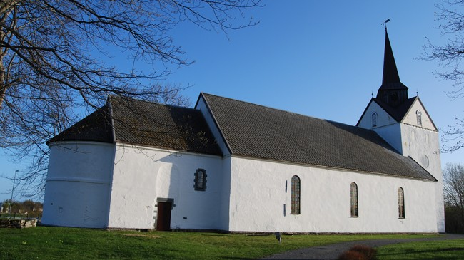 HERØY KIRKE ble bygd på 1100-tallet. Foto: Billy Jacobsen / NRK 2009