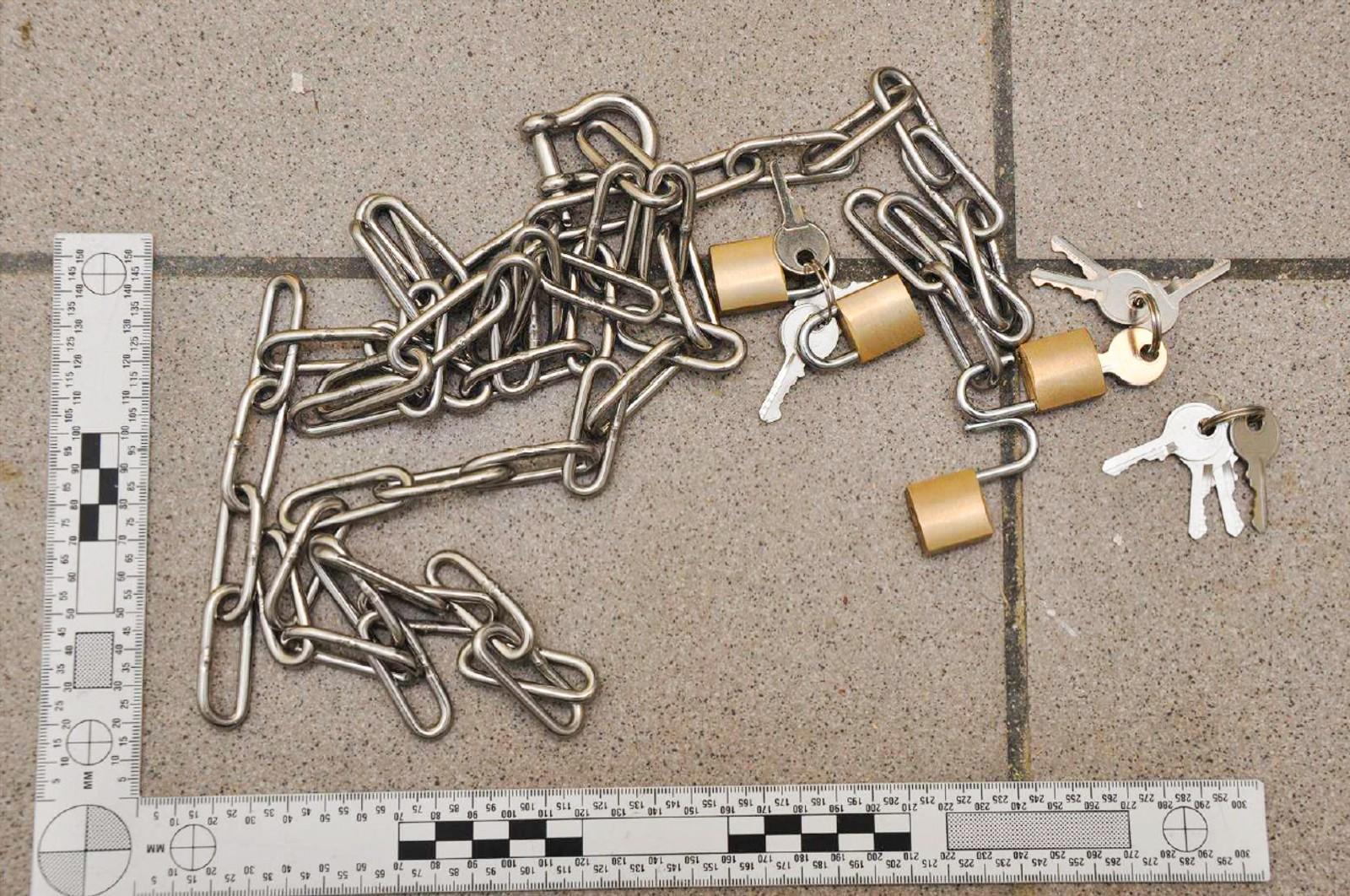 Det ble funnet kjetting og hengelåser på åstedet