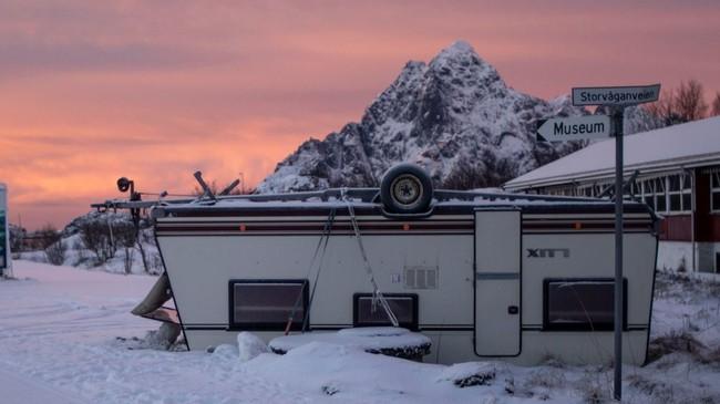– Jeg ble litt stresset over om alle eiendelene mine var strødd utover Lofoten, sier campingvogn-eier Peter Gupta.