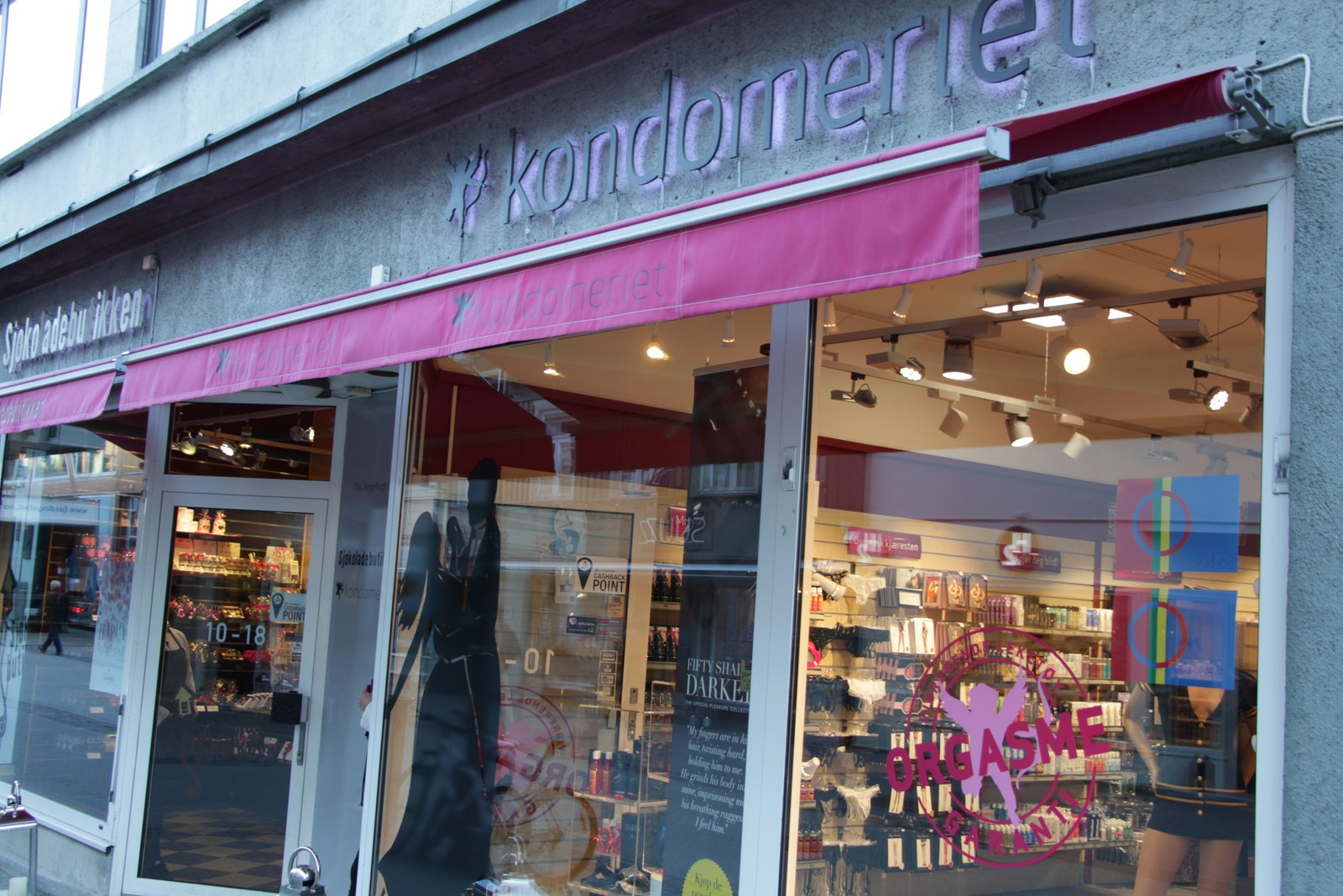 Til og med Kondomeriet har sett det hensiktsmessig å pynte butikken med samiske flagg i anledning Tråante 2017.