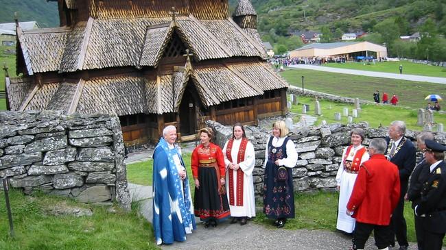 Dronning Sonja ved Borgund stavkyrkje då ho opna besøkssenteret i 2005. Foto: Kjell Arvid Stølen, NRK.