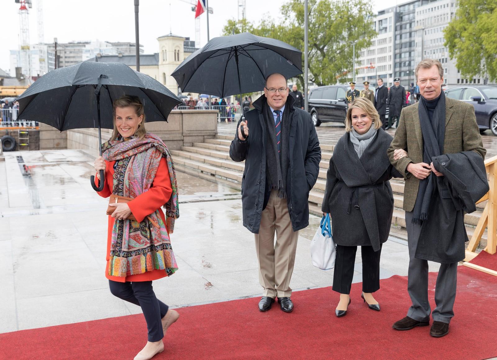 Grevinne Sophie av Wessex (t.v) fra Storbritannia, Fyrst Albert fra Monaco, storhertuginne Maria-Teresaved og Storhertug Herri fra Luxembourgved avreise fra honnørbrygga i Oslo på tur til lunsj på Kongeskipet Norge onsdag.