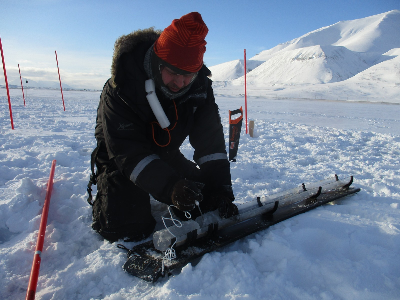 PostDoc Sønke Maus måler isen som inneholder olje.