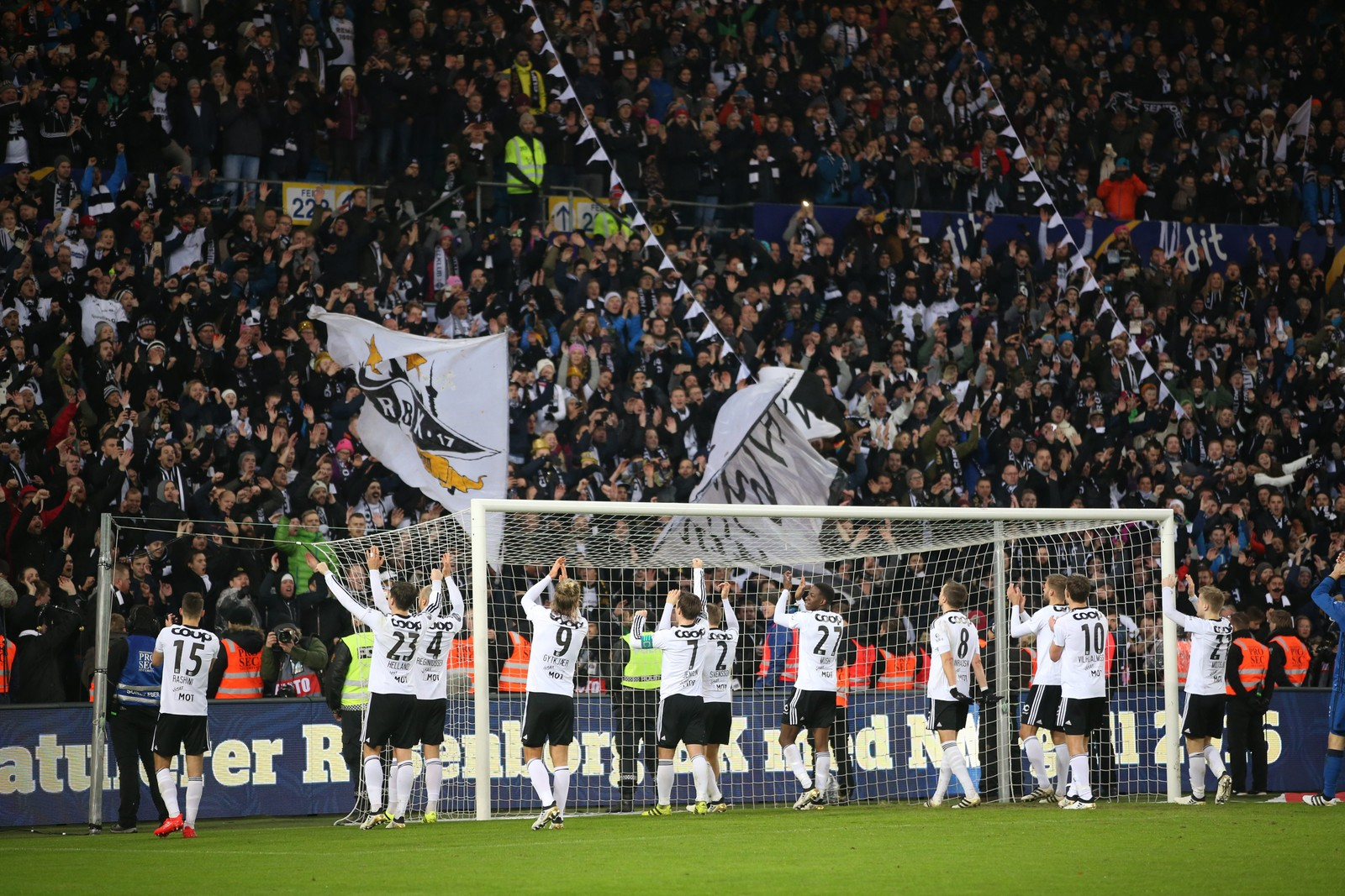Rosenborgspillerne takker supporterne.