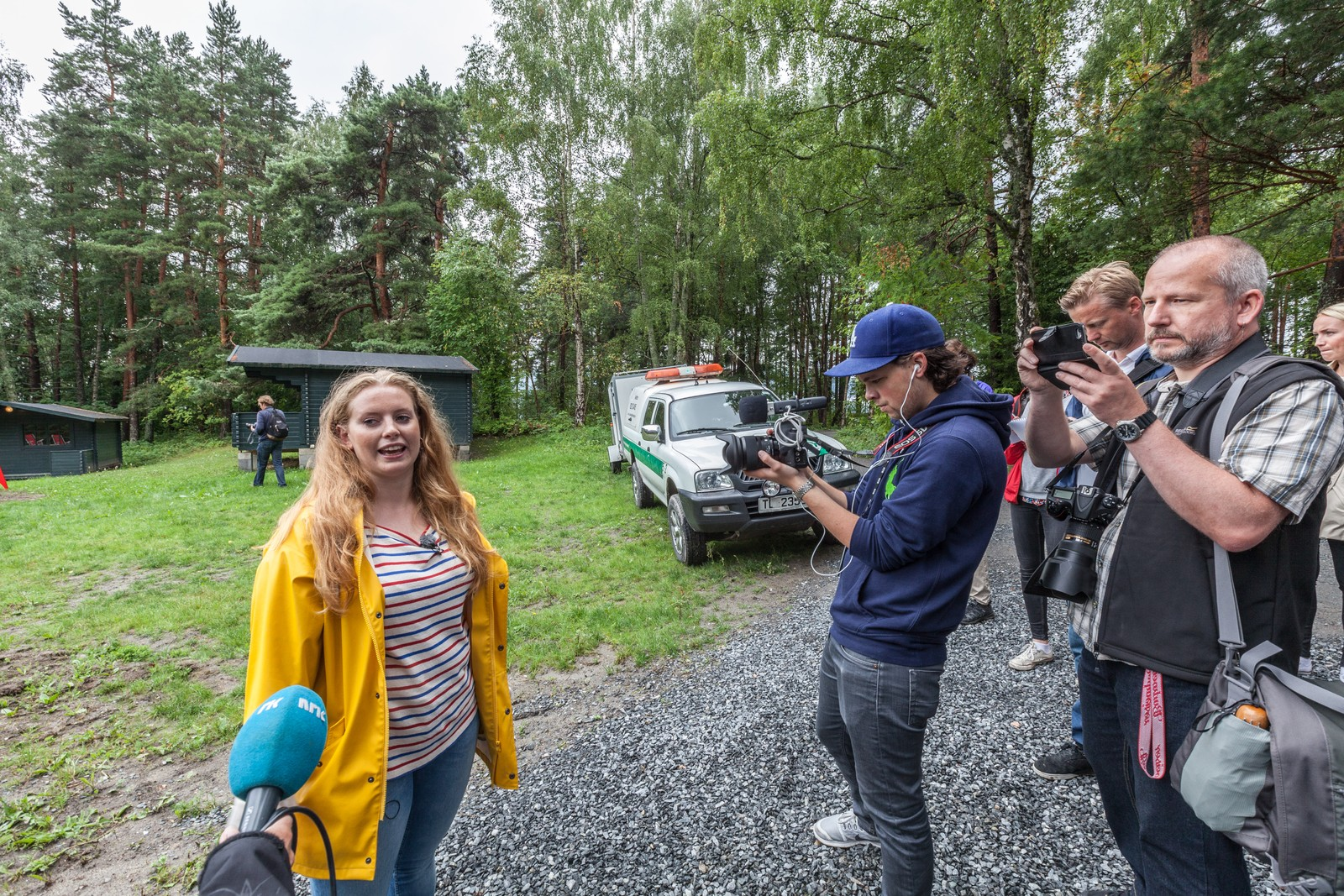 Emilie Bersaas viser pressen rundt på Utøya.