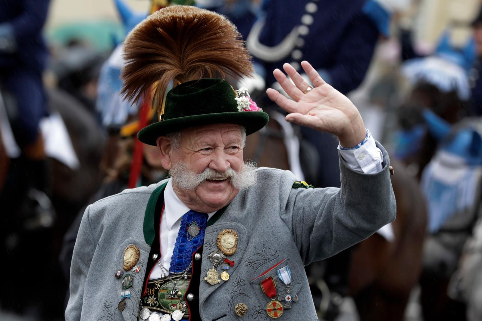 En eldre mann deltok under Oktoberfest-paraden i München 18. september. Dagen før gikk startskuddet for den tradisjonsrike tyske ølfestivalen, som blir arrangert for 183. gang. Oktoberfest i München arrangeres fra 17. september til 3. oktober.