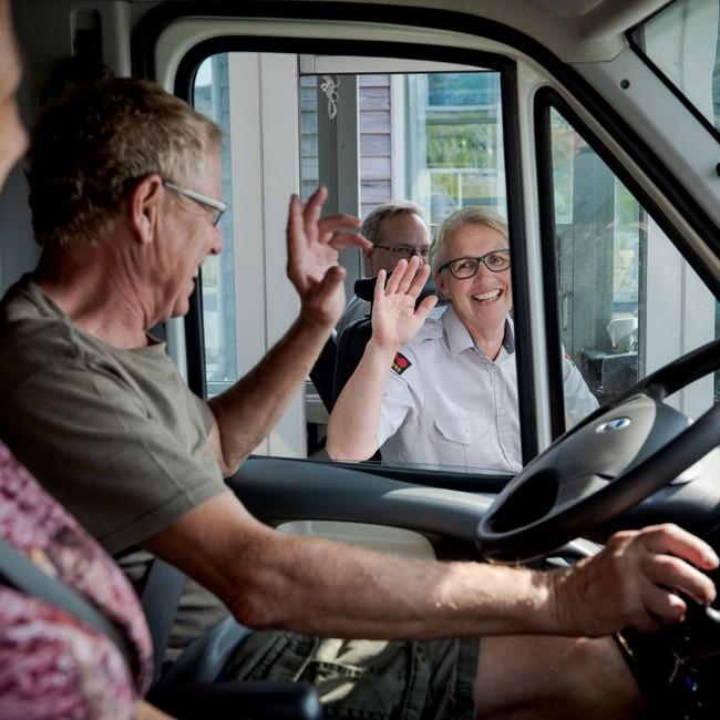 Hilde Husby Gule hilser på tyske turister
