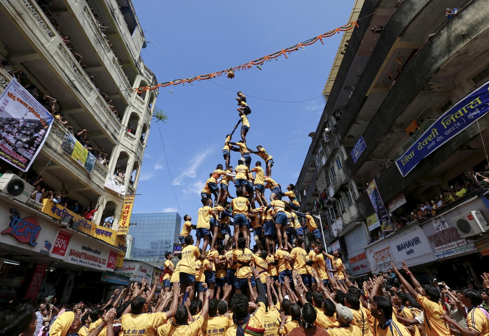 Den menneskelige pyramidens mål er å slå ned en leirkrukke.