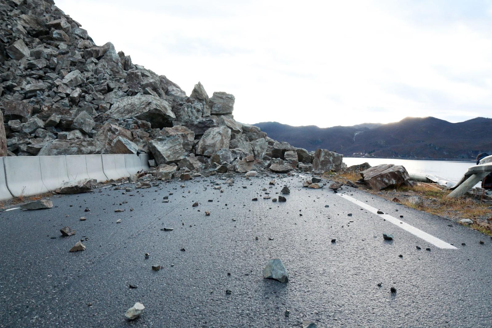 Veistrekningen er stadig utsatt for steinras.