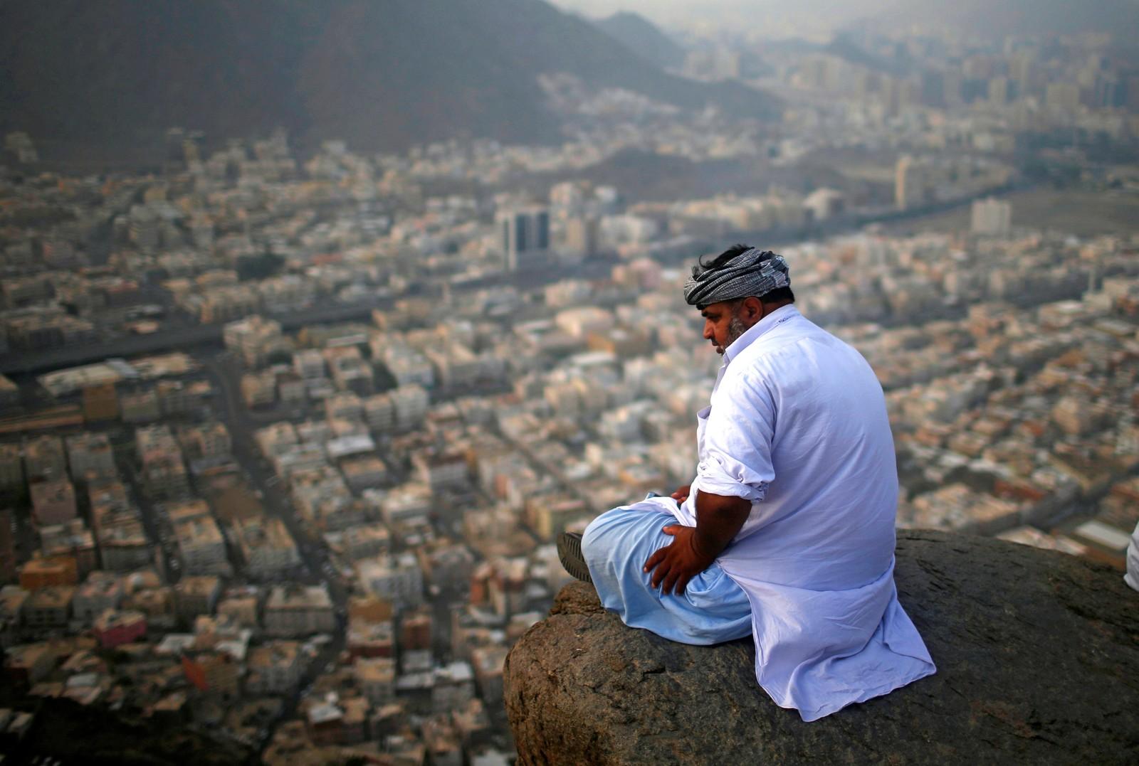 En muslimsk pilgrim besøker Jabal al-Nour ved Mekka i Saudi-Arabia. På dette fjellet ligger grotta Ghar-E-Hira. Muslimer tror det er her Muhammed fikk den første åpenbaringen av erkeengelen Gabriel.