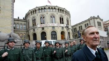 Gunnar 'Kjakan' Sønsteby foran Stortinget i forbindelse med innspillingen av filmen om Max Manus.