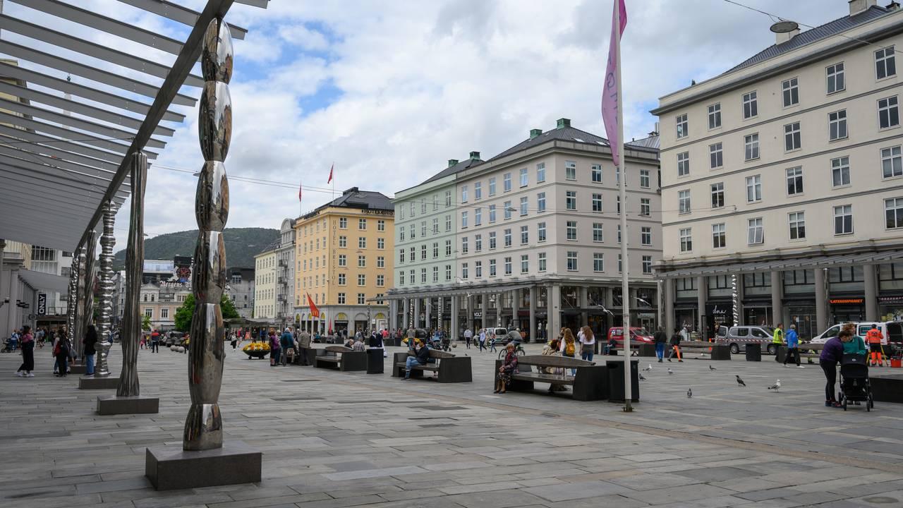 De nye stålsøylene på Torgallmenningen i Bergen ble avduket sommeren 2020. De er laget av kunstner Bård Breivik og erstatter de gamle granittsøylene.