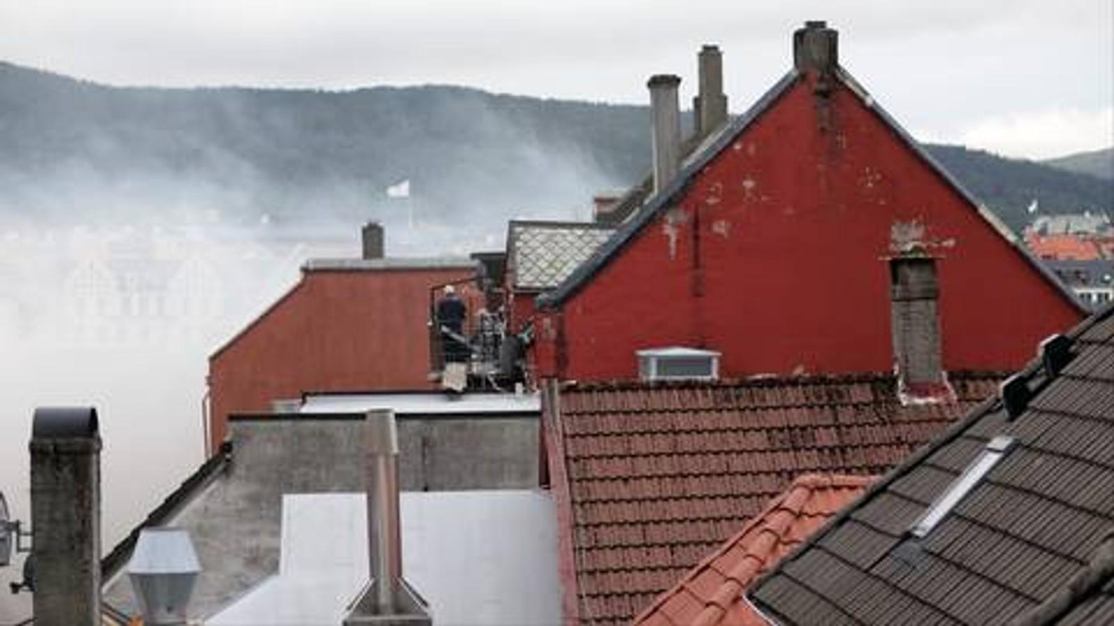 Brannvesenet gjorde en fantastisk innsats med slukkearbeidet på hustakene i området.