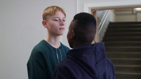 Erik blir beskyldt for å være snitch av kompisene.