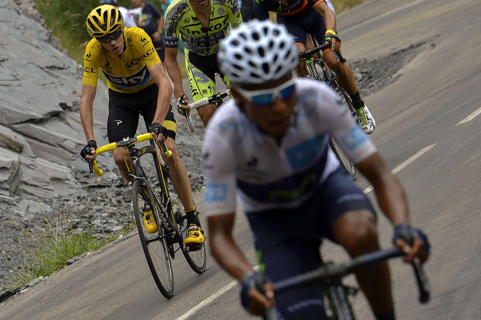 Nairo Quintana prøvde gang på gang å rykke fra i Alpene, men Chris Froome bet seg fast. Her er et av de mange forsøkene. (AFP PHOTO / JEFF PACHOUD