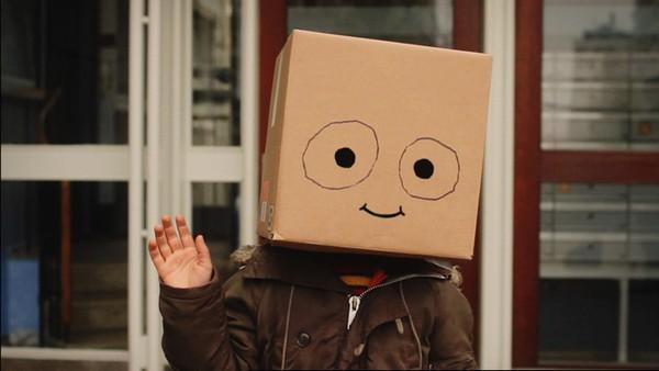 Peter er litt annerledes enn andre barn, han har nemlig et papphode. Dansk serie.