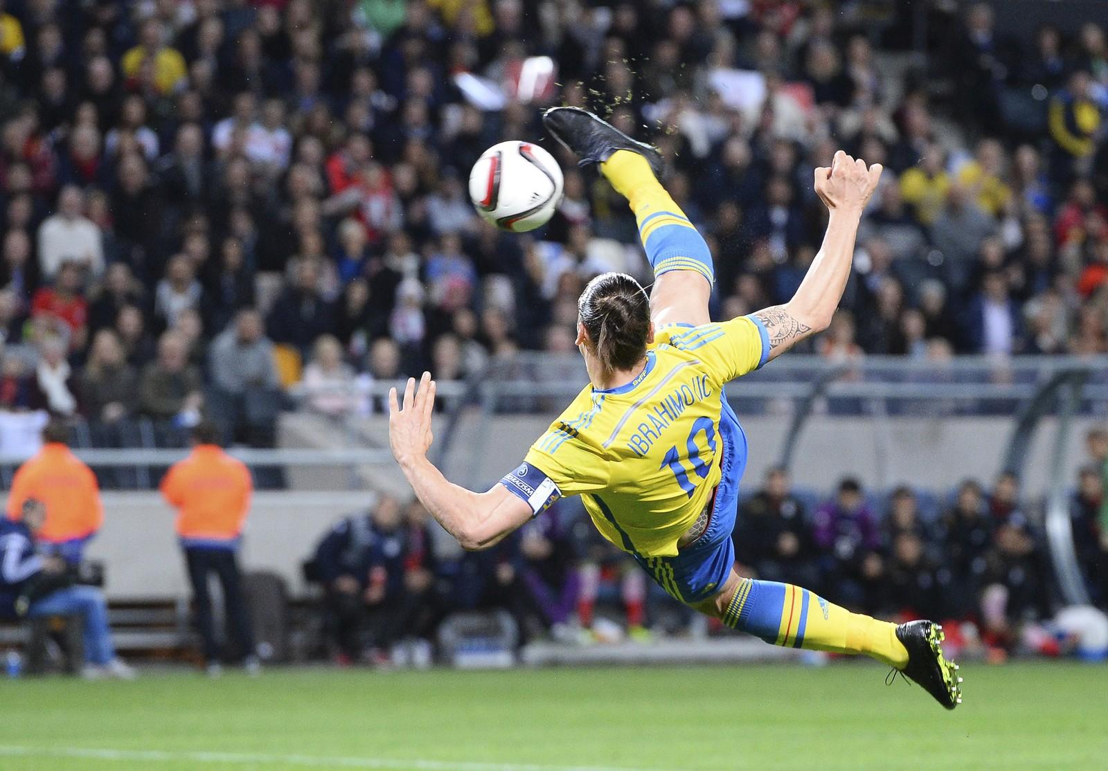 2: Svensken vrir kroppen rundt og får høyrefoten langt over hodet - og over ballen.