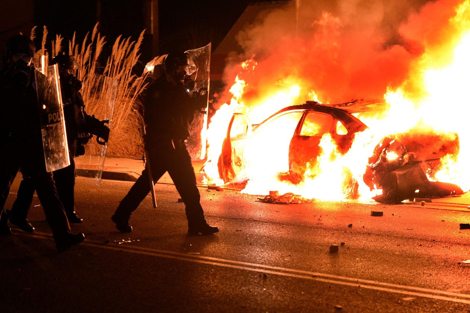 En politibil ble satt i brann natt til tirsdag.