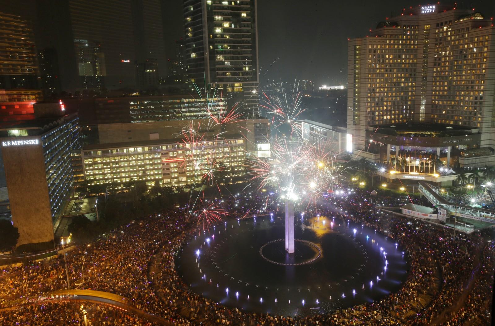 Titusener samlet seg til nyttårsfeiringen i Jakarta i Indoseia.