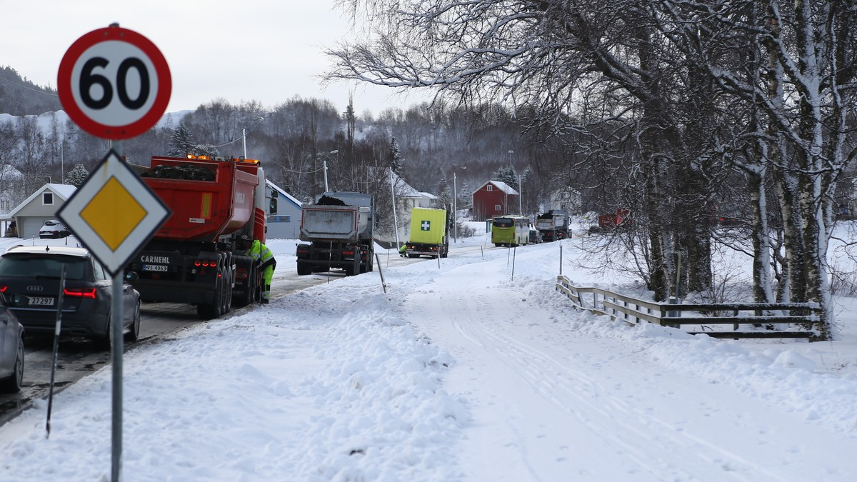 TRAFIKKAOS: 13 trailere står fast ved Bratsbergveien i Trondheim.