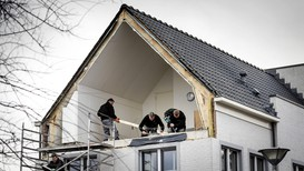 Opprydningen etter stormen som herjet Europa torsdag er godt i gang. I De Meern, Nederland, ble hele veggen på dette huset revet vekk.
