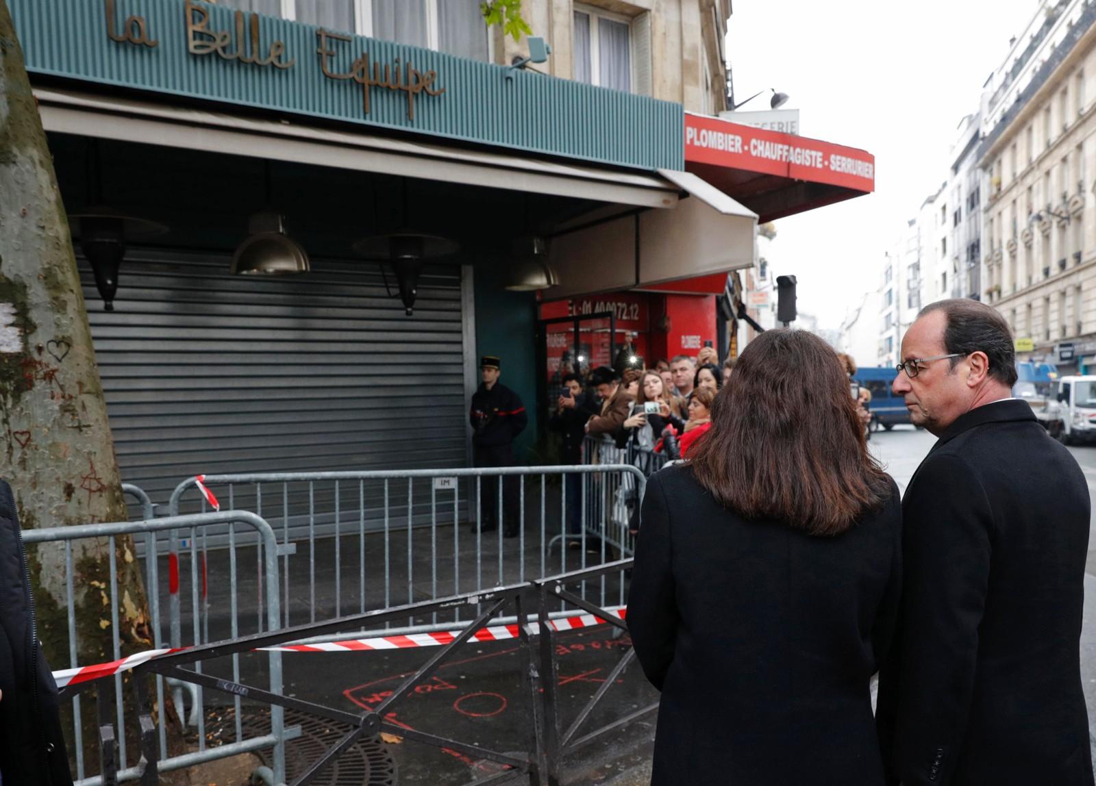 Frankrikes president François Hollande og Paris-ordfører Anne Hidalgo utenfor La Belle Equipe, der terroristene avfyrte 100 skudd og drepte 19 mennesker.