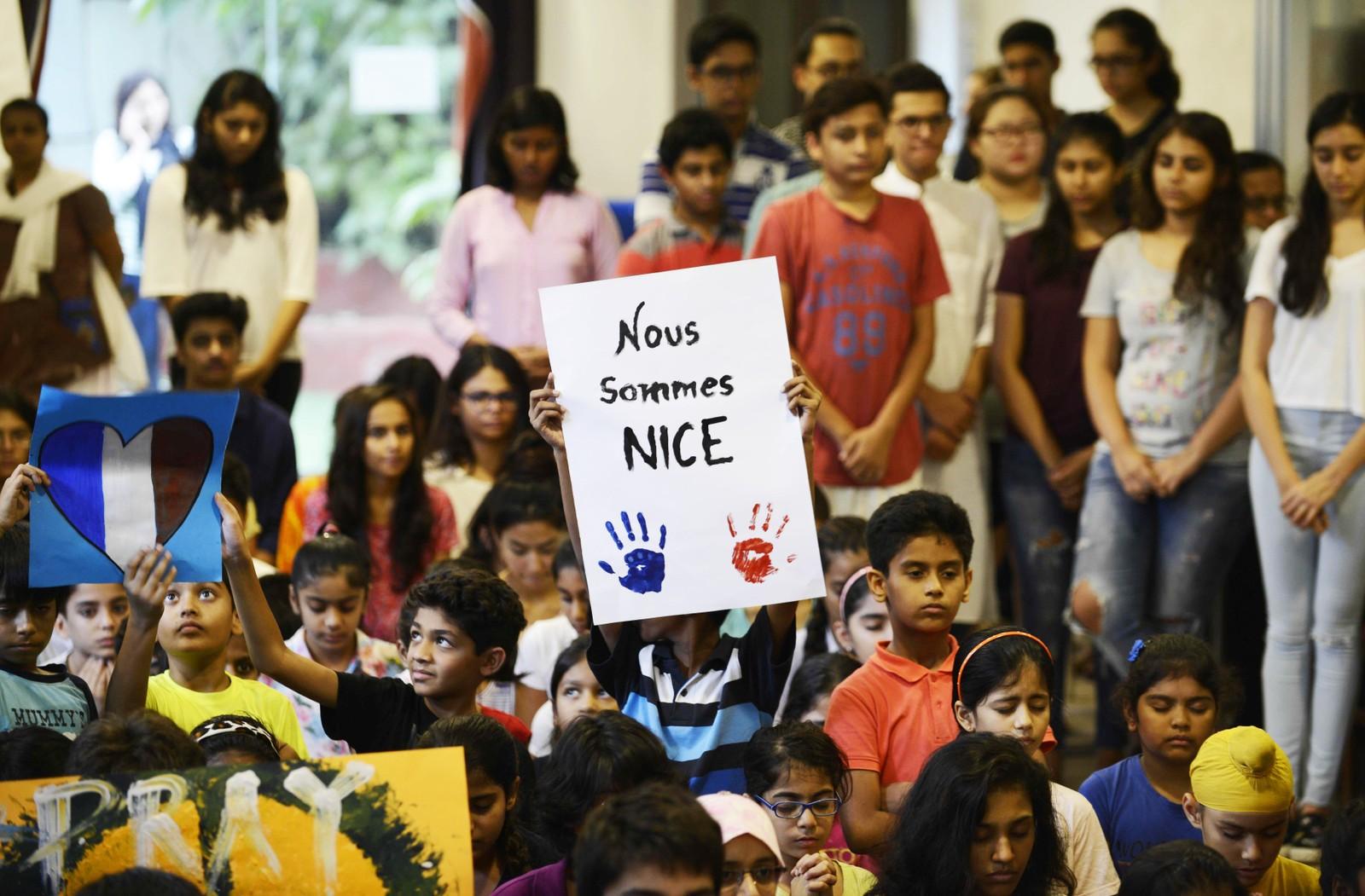 Indiske skolebarn i Ahmedabad viser sin medfølelse med terrorofrene i Nice