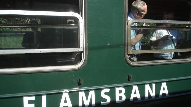 Fotoapparata er i flittig bruk mellom passasjerane på Flåmsbana.. Foto: Kjell Arvid Stølen, NRK.