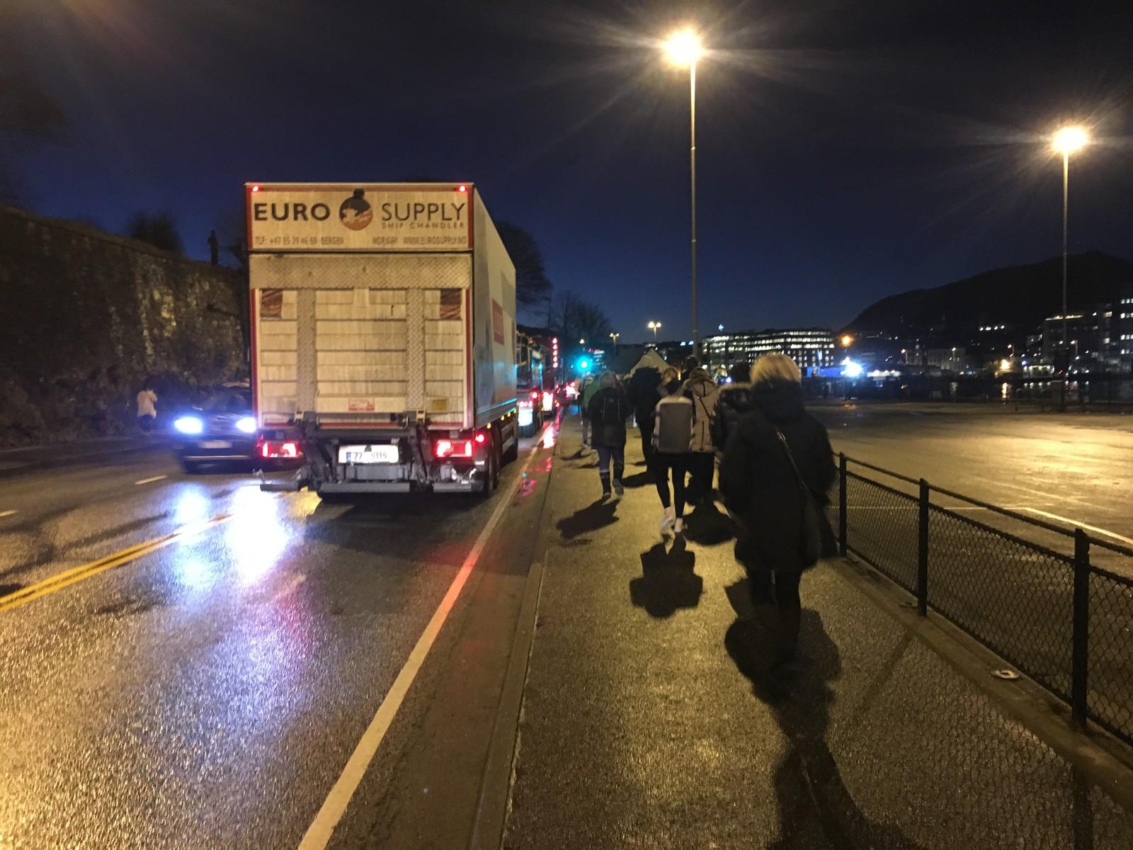 Flere reisende går av bussene som står i kø, og tar beina fatt mot sentrum. Her fra Bontelabo i Sandviken.