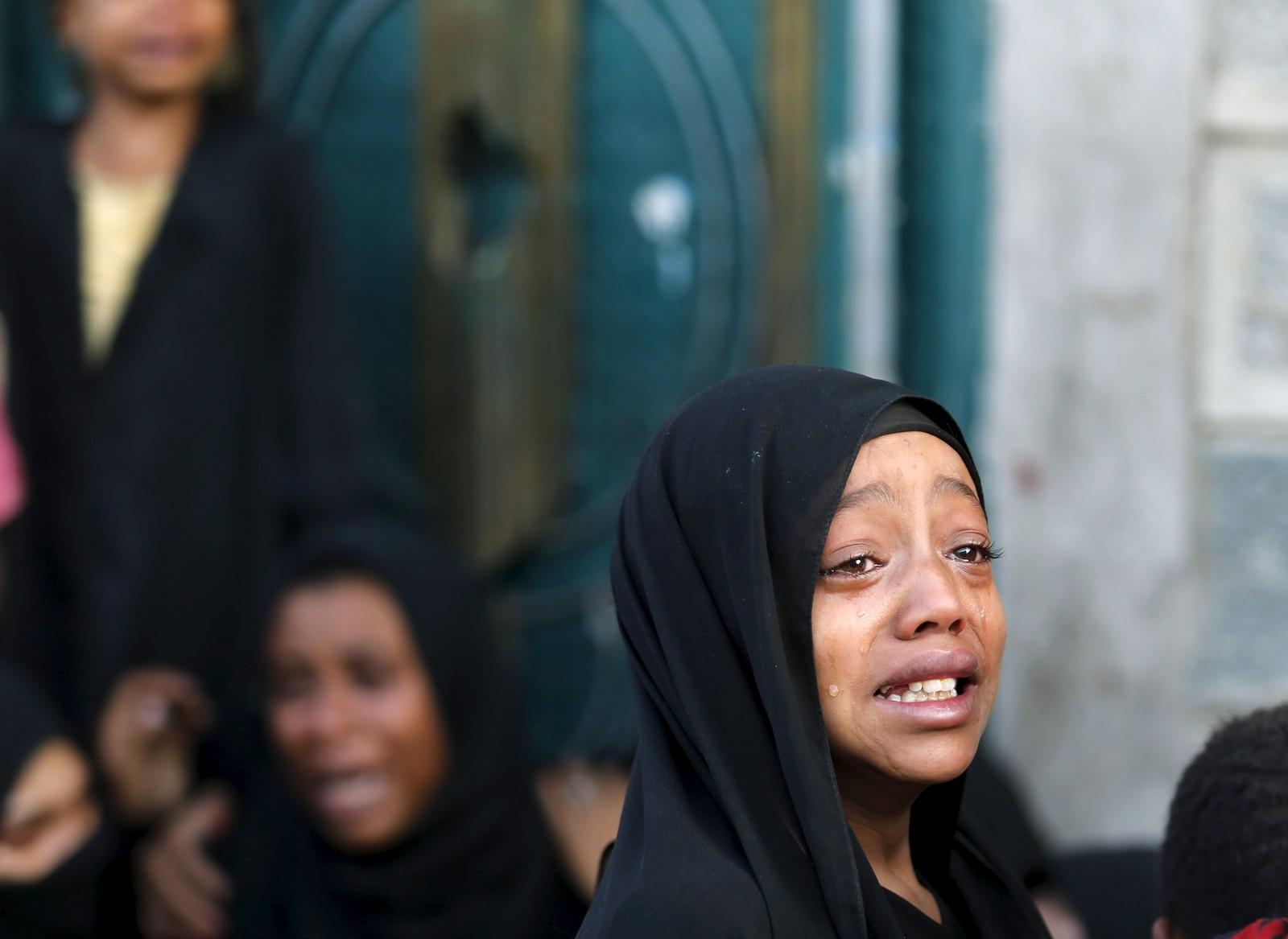 Ei jente sørger over faren, som ble drept i et bombeangrep i Jemens hovedstad Sanaa. 21 sivile skal ha blitt drept, fortalte de etterlatte til Reuters. Angrepet skjedde mandag morgen, til tross for at en våpenhvile skulle startet lørdag.