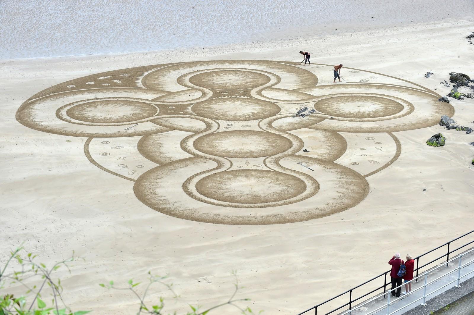 Marc Treanor er en såkalt sandkunstner, og hans siste verk kan du se på en strand i Pembrokeshire, Wales.