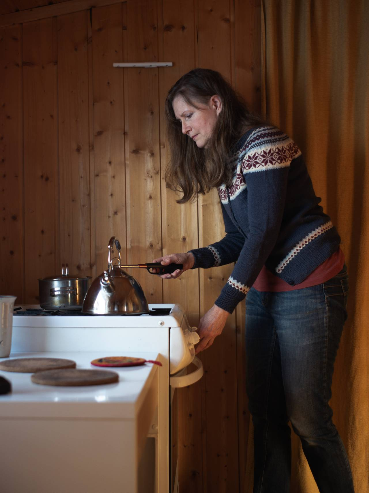 Debora Atwood flykter fra stråling. Hun lager mat på gasskomfyr.