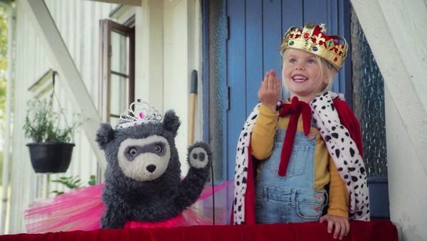 Norsk film. (1:7) Brillebjørn og Lucy skal besøke bestemor og bestefar på bondegården. Her er det sauer, høner, kuer, traktorer og mye annet spennende. Men noen ganger er ikke alt like gøy, så da er det godt at Brillebjørn har fantasimagi!