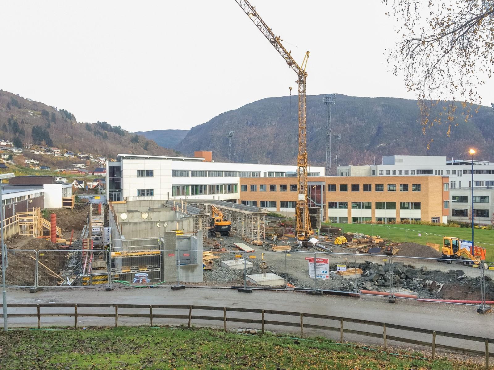 NYTT PÅBYGG: På Campus kjem det eit nytt påbygg til Sogndal vidaregåande skule, som vil samle alle linjene under eitt tak. Påbygget skal erstatte skulen allmennfag brukar i dag og vil stå klar i 2017. Kostnaden er på 60 millionar, inkludert rehabilitering av Sogndal idrettshall.