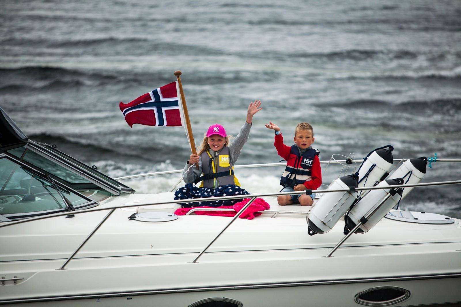 God stemning på småbåtene som følger Skibladner på Mjøsa.