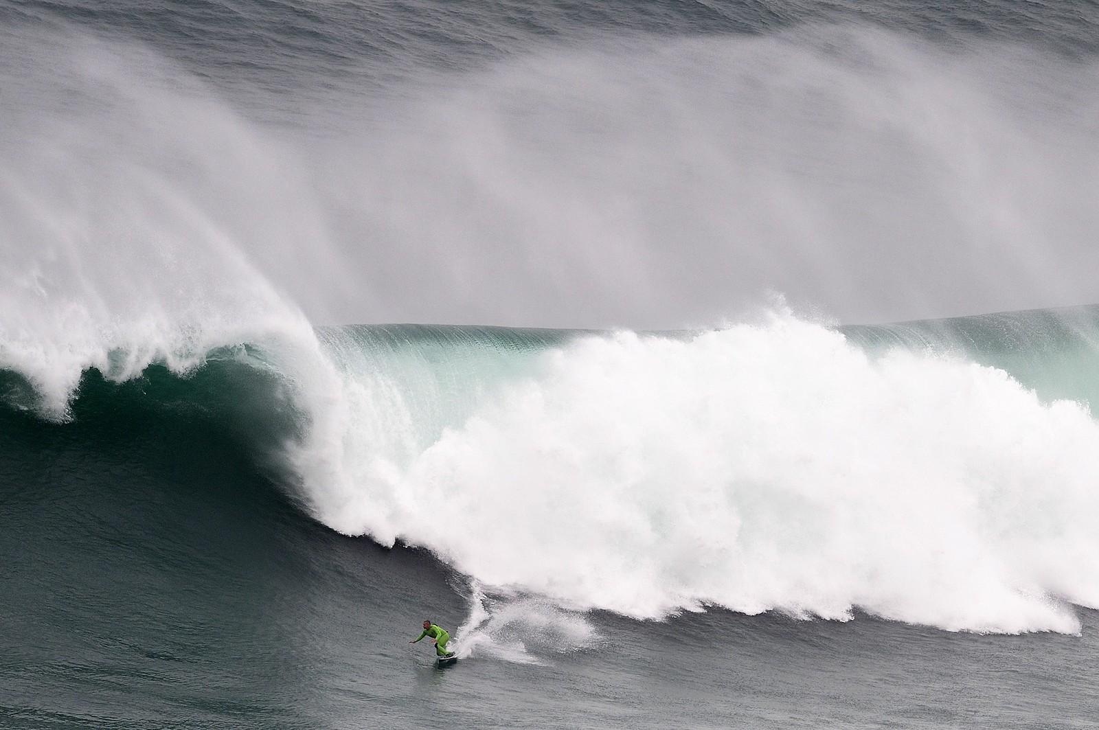 SLike bølger finner du for tiden i Portugal, der surfer Garrett McNamara fikk prøvd brettet denne uka.
