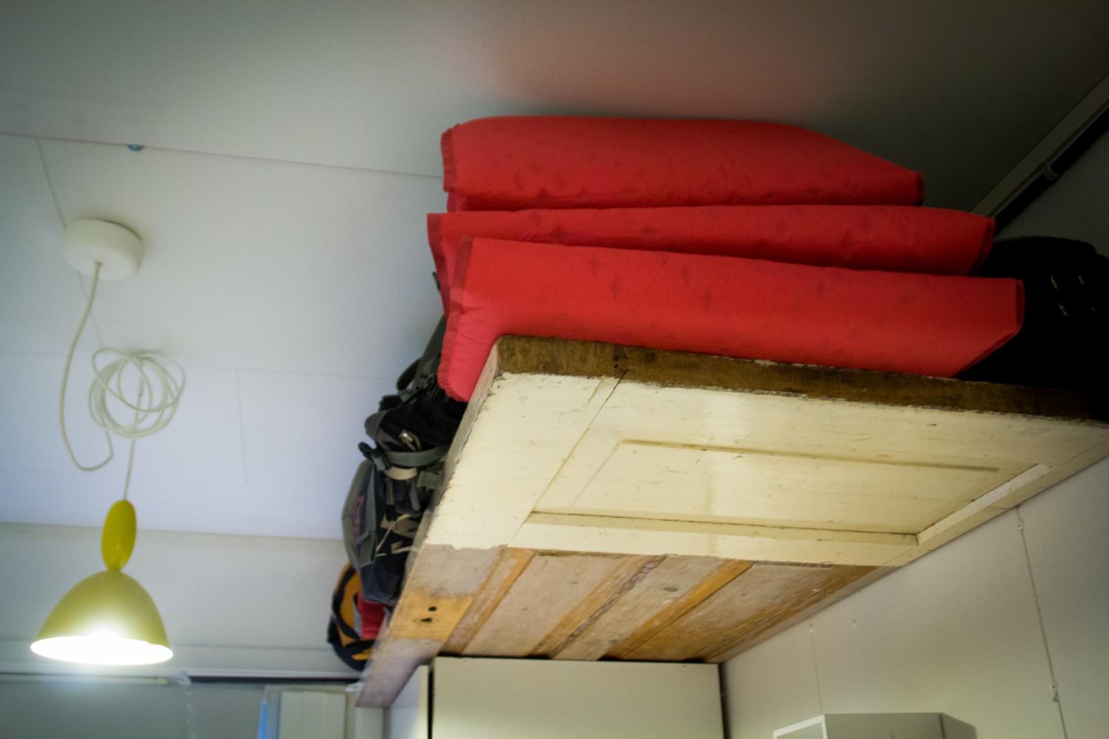 Ei gamal dør har blitt til hylle for turutstyr oppe under taket. Snædis Laufey Bjarnadòttir har kjøpt inventar og hus brukt, og har til saman brukt 175 000 kroner på husprosjektet.