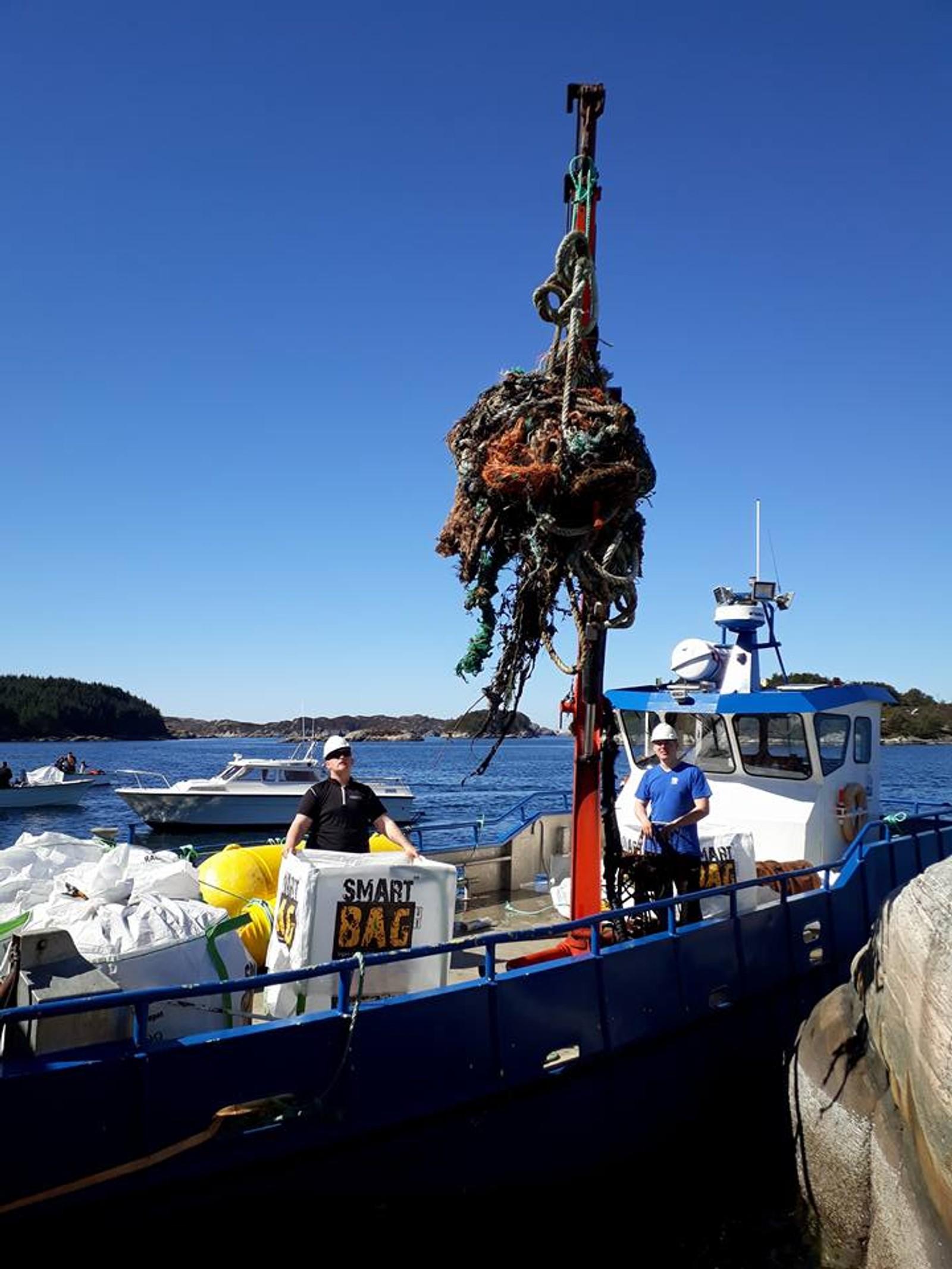 TRAKK: Store mengder tau ble funnet. Her ble det trukket opp mye tau fra en båt på Knutholmen i Fjell.