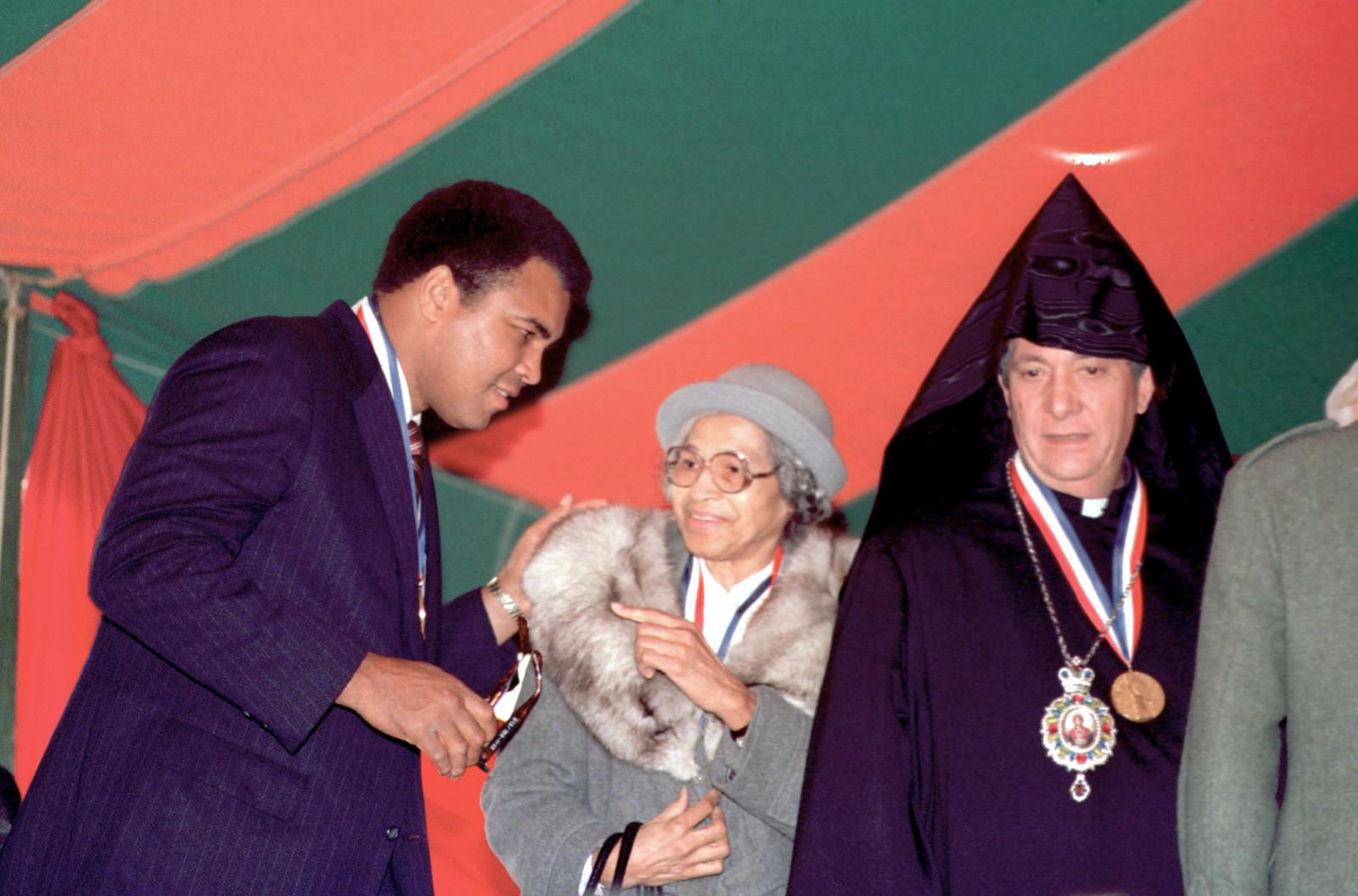 Menneskerettighetsaktivist Rosa Parks, sammen med Muhammad Ali og Torkom Manoogian, erkebiskop av den armenske kirke, etter at de mottok Ellis Island Medal of Honor på Ellis Island iNew York, tirsdag, 28. oktober 1986. De tre er blant 80 mottakere som fikk prisen for sitt bidrag til nasjonens arv av etnisk mangfold.