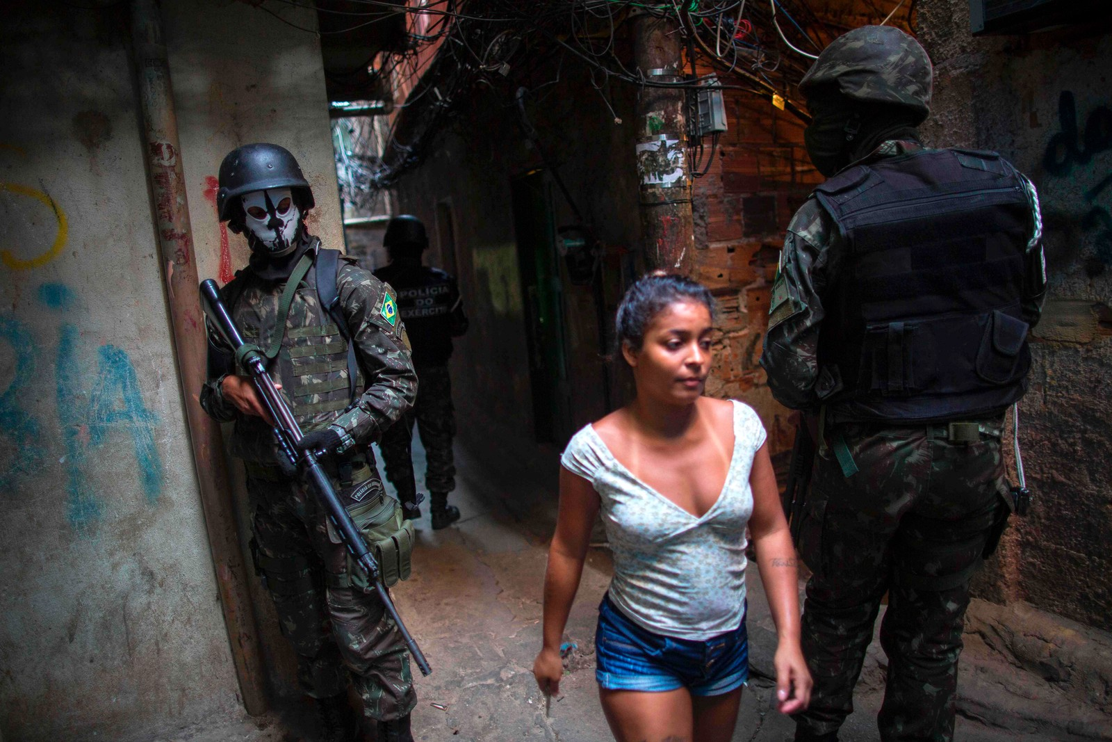 Brasiliansk militærpoliti skal gjøre gatene gatene trygge i Rochina-favelaen i Rio de Janeiro.