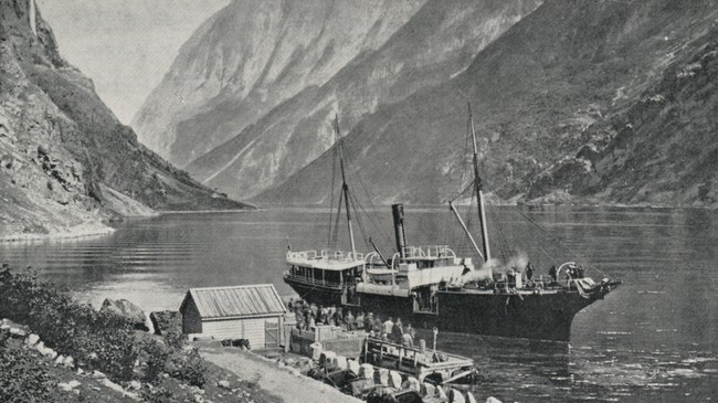 Eitt av dei to første skipa, DS Fjalir, ved kai i Gudvangen.