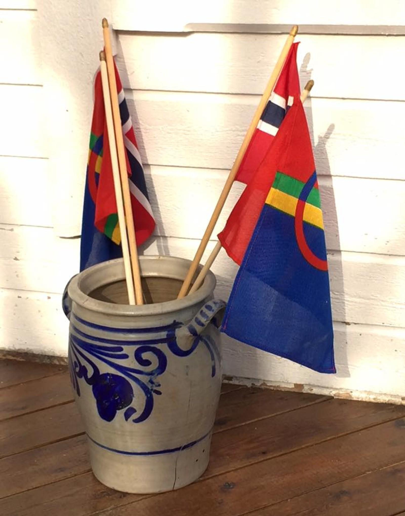 Flagg er fremtredende på nasjonaldagen.