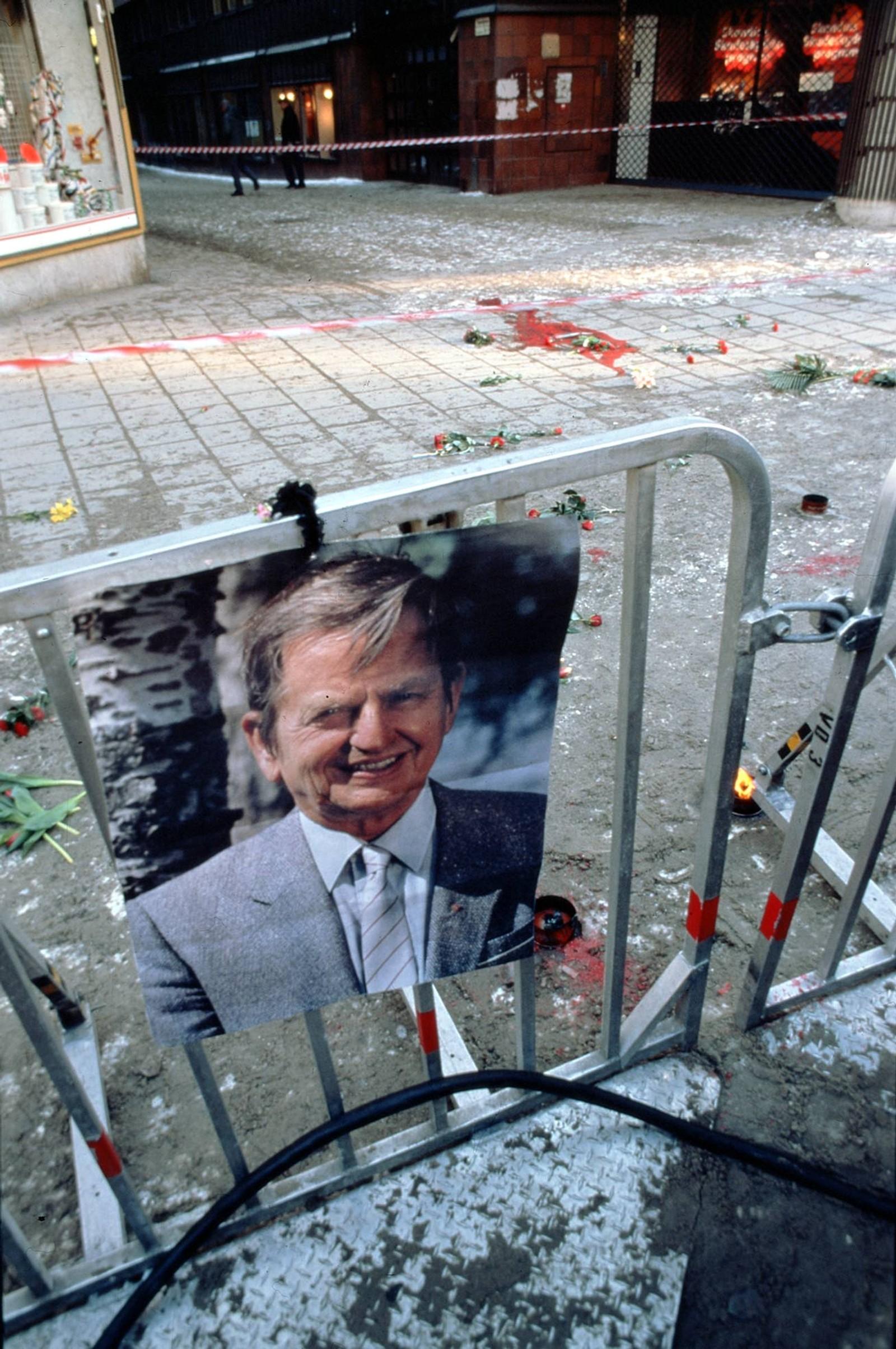 Statsminister Olof Palme ble drept i sentrum av Stockholm om kvelden 28. februar 1986, og sørgende landsmenn valfartet til åstedet lang tid etterpå.