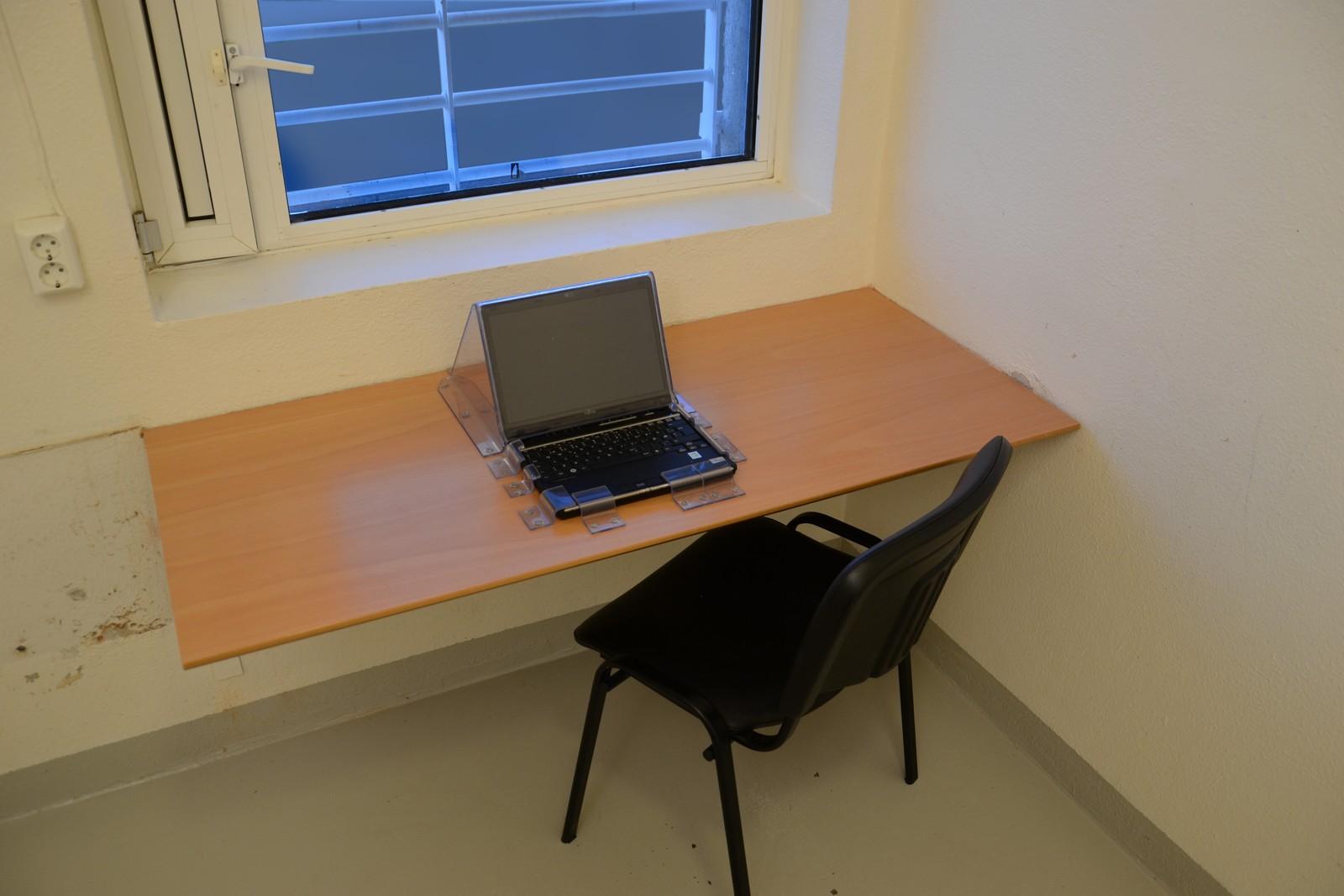 Ved denne cella i Ila fengsel skrev Anders Behring Breivik brev til sine meningsfeller. Store deler av områdene Breivik oppholdt seg på i Ila fengsel har blitt satt tilbake til sin originale stand før befaringene.
