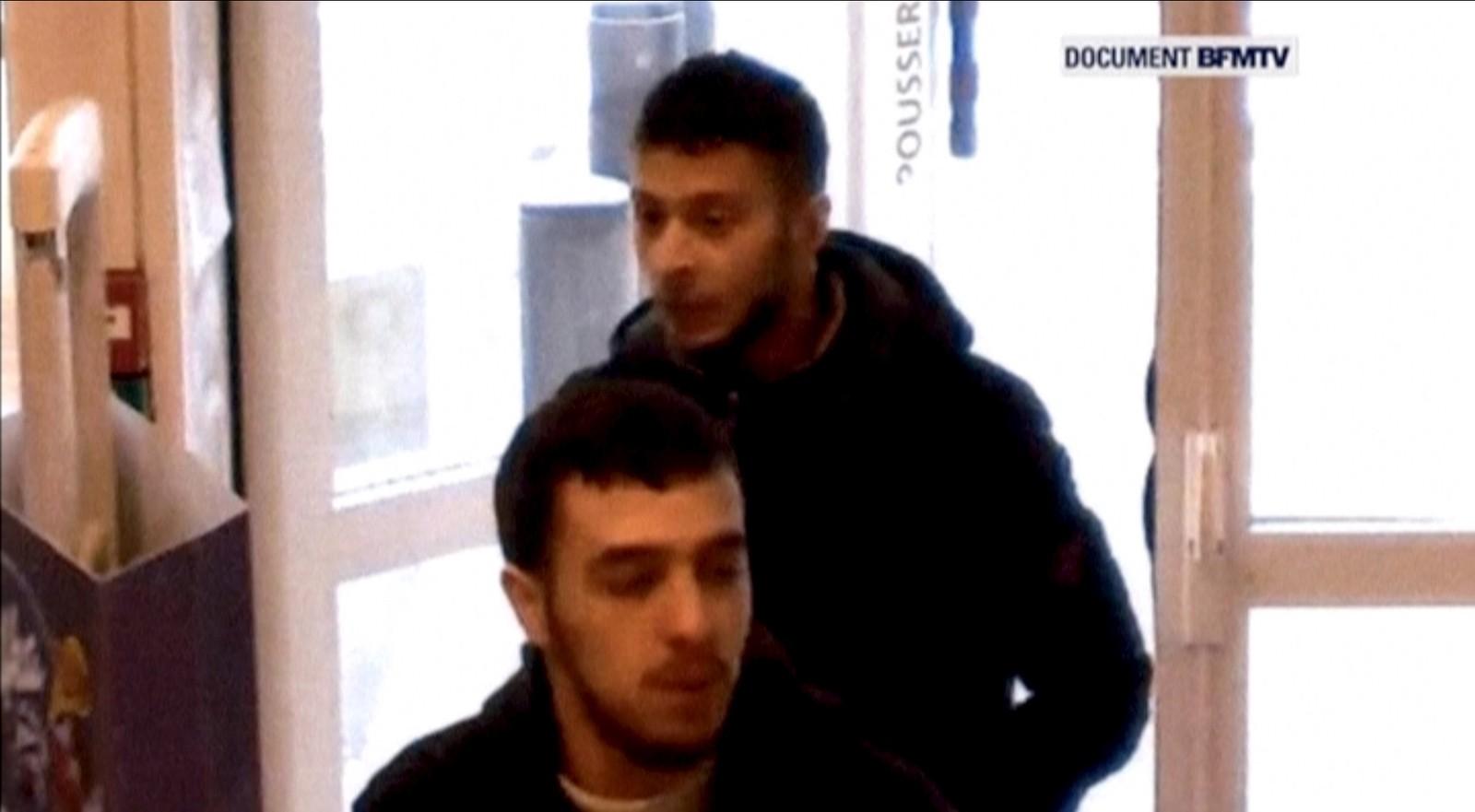En fransk TV-kanal har fått tak i overvåkingsbilder av den ettersøkte Salah Abdeslam på flukt etter angrepene i Paris i november. Bildet er tatt på en bensinstasjon sammen med en av vennene, Hamza Attou, som kjørte ham fra Paris til Brussel etter angrepene.