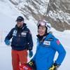 Ragnhild Mowinckel og Tron Moger oppe på toppen av alpinbakken. Begge smiler.