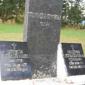 PARET TIL MINNE: Den felles minnestøtten mellom brudeparets gravsteiner. Foto: Billy Jacobsen / NRK, 2011