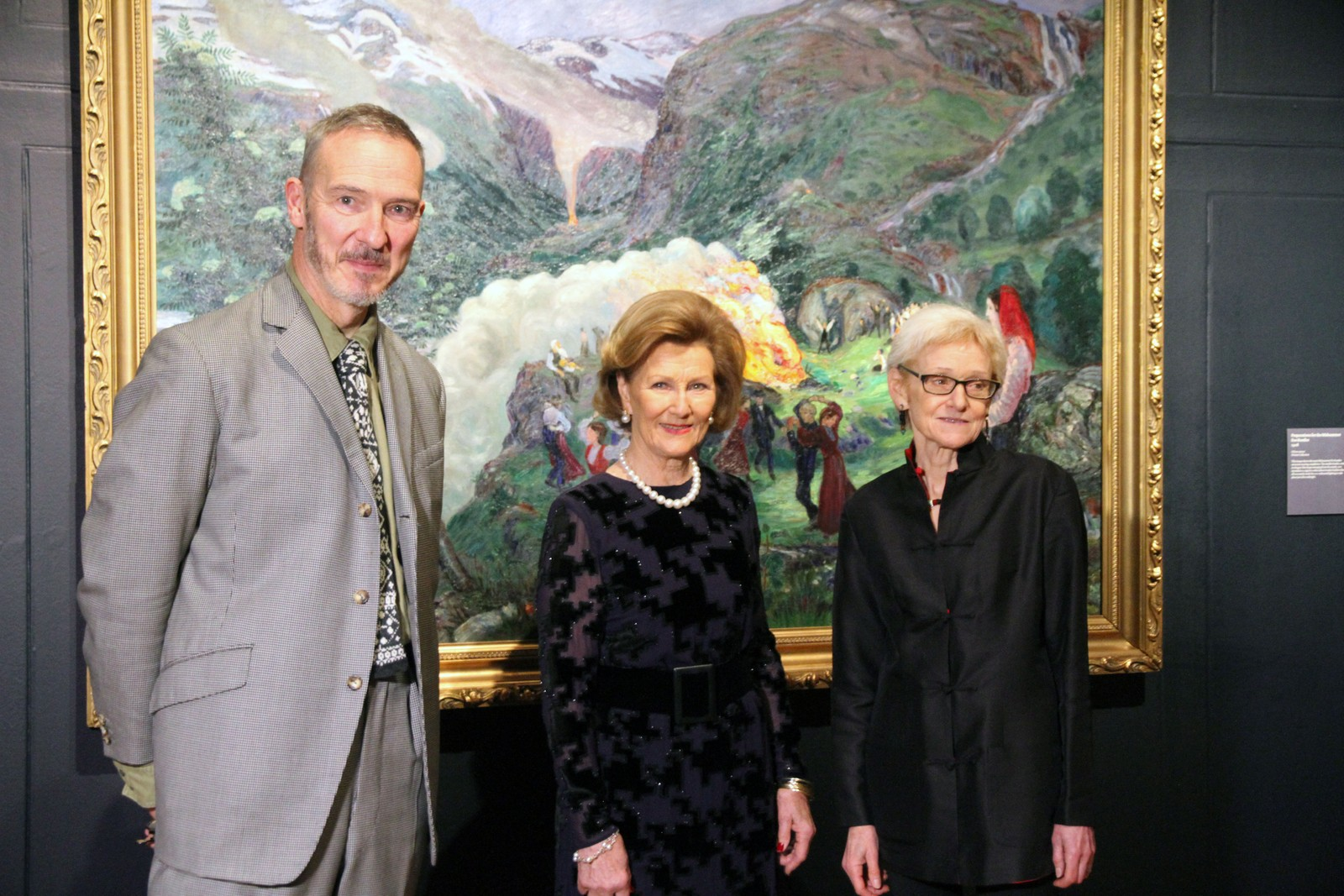 Styreleiar Simon Freakley, H.M. Dronning Sonja og kurator Maryanne Stevens.